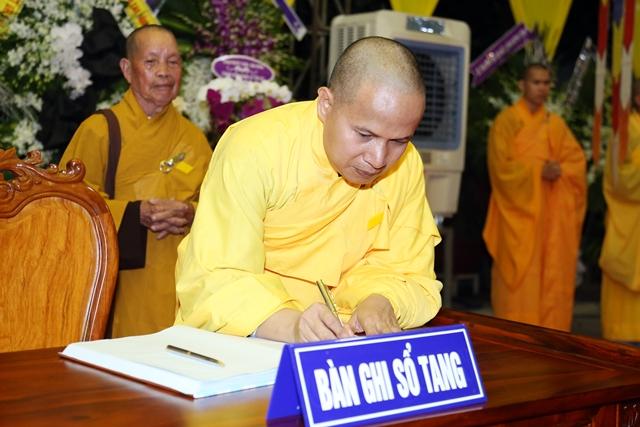 Đại đức Thích Quảng An đại diện Tổ đình Báo Quốc (Huế) và chùa Từ Tôn (Biên Hòa) ghi sổ tang lưu niệm.