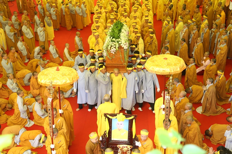 Hàng ngàn người cung tống kim quan HT.Thích Quang Đạo nhập bảo tháp