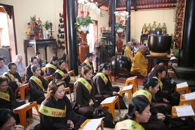 Sài Gòn: Chùa Phụng Sơn mừng hội Vu lan, dâng pháp y