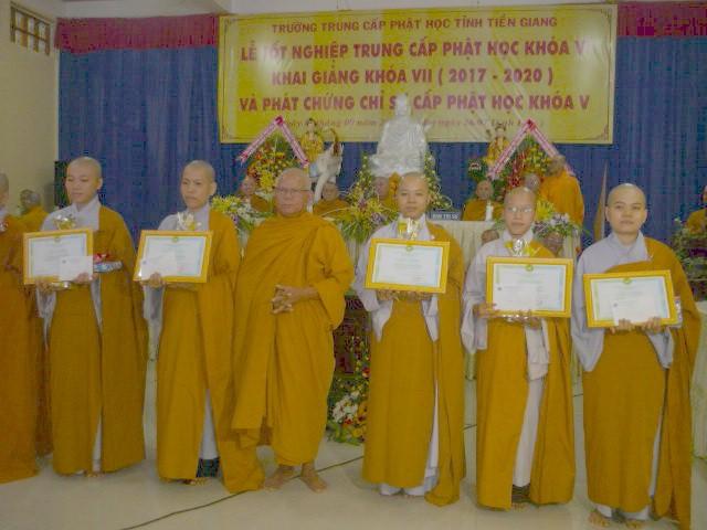 Trường Trung cấp Phật học Tiền Giang phát bằng tốt nghiệp khóa VI
