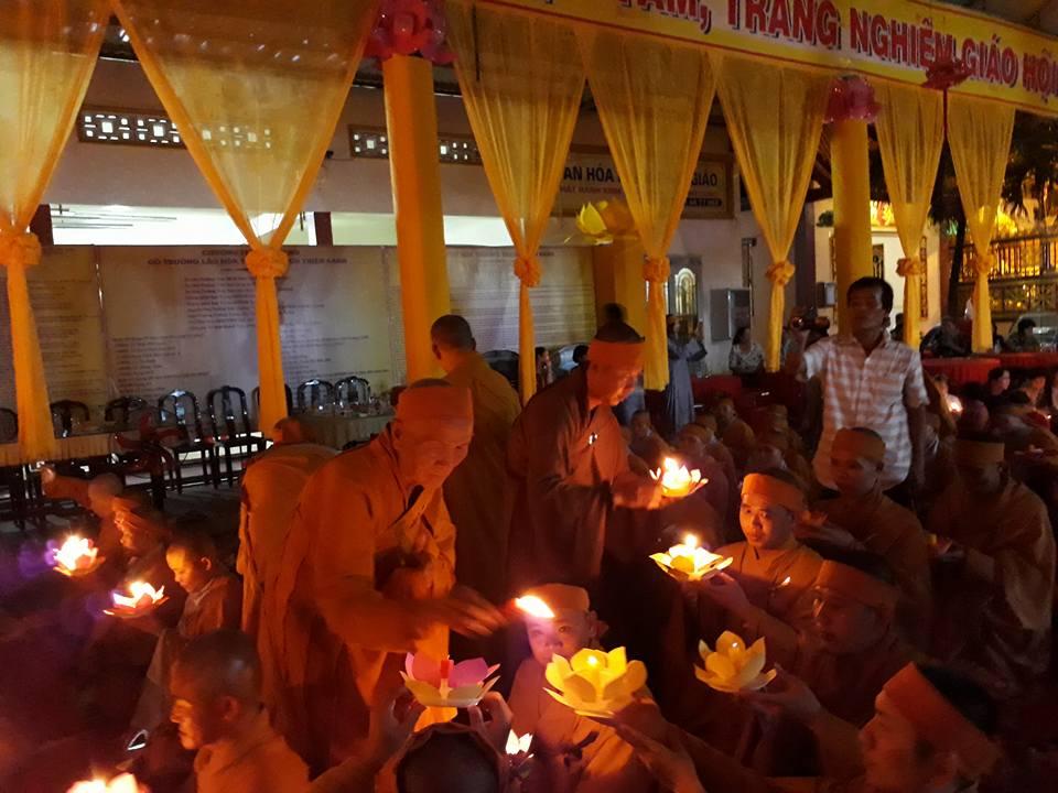 Tăng Ni sinh trường TCPH Sóc Trăng thắp nến tưởng niệm cố HT Thích Thiện Sanh