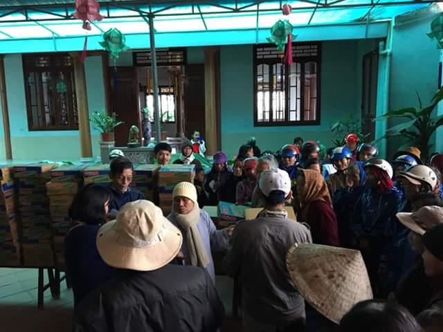 Chùa Long Hưng - Hải Lăng tặng 104 phần quà cho con vùng lũ