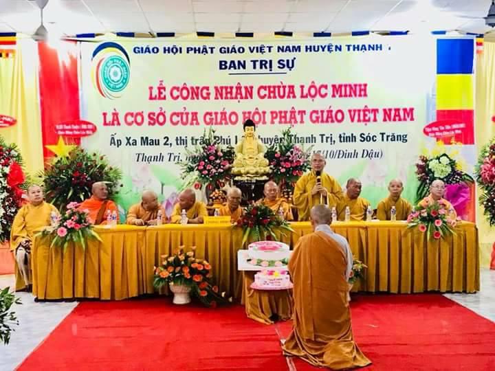 Sư cô Thích nữ Phương Minh trụ trì Chùa Lộc Minh quỳ lắng nghe Thượng tọa chứng minh ban đạo từ.