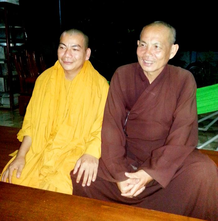 Đại đức Thích Tâm Đinh trụ trì chùa Phổ Quang (y vàng) và Đại đức Thích Thiện Hòa hàn huyên.