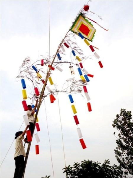 Phật tử chùa Hoa Khai dựng cây nêu ngày tết từ ngày đưa ông Táo về trời.