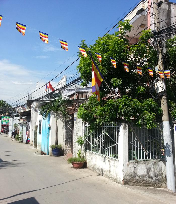 Lại chuyện tư gia treo cờ băng rôn Kính mừng Phật đản
