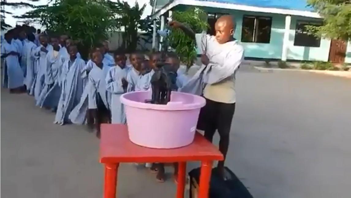 Châu Phi: Tanzania các em nhỏ hoan hỷ cùng nghi thức Tắm Phật