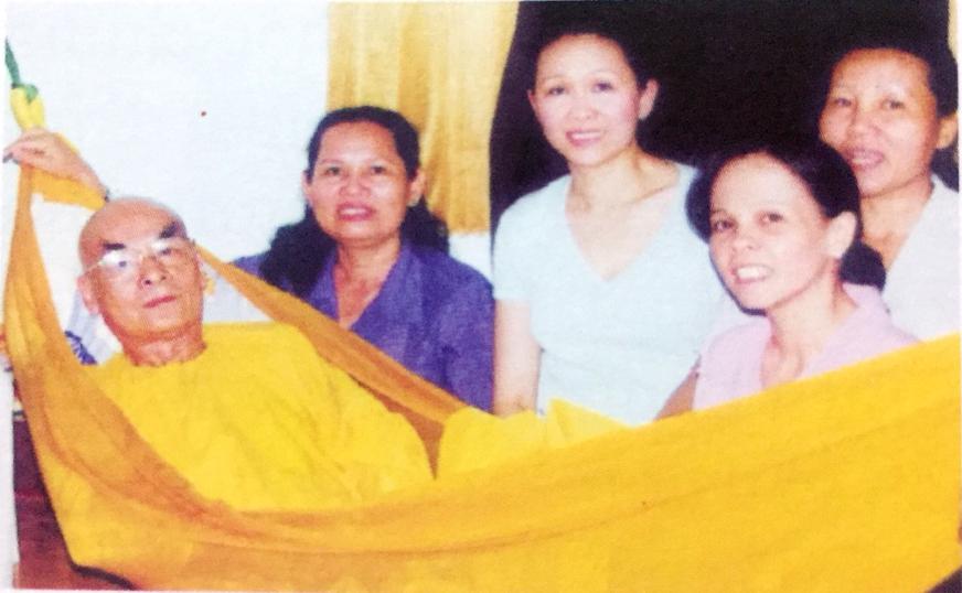 Phật tử trong nhóm Thiện Hòa: chị Hương, Chị Thủy, chị Hà, chị Trang quây quần bên cố HT.Thích Quang Đạo. Ảnh chụp năm 1998.