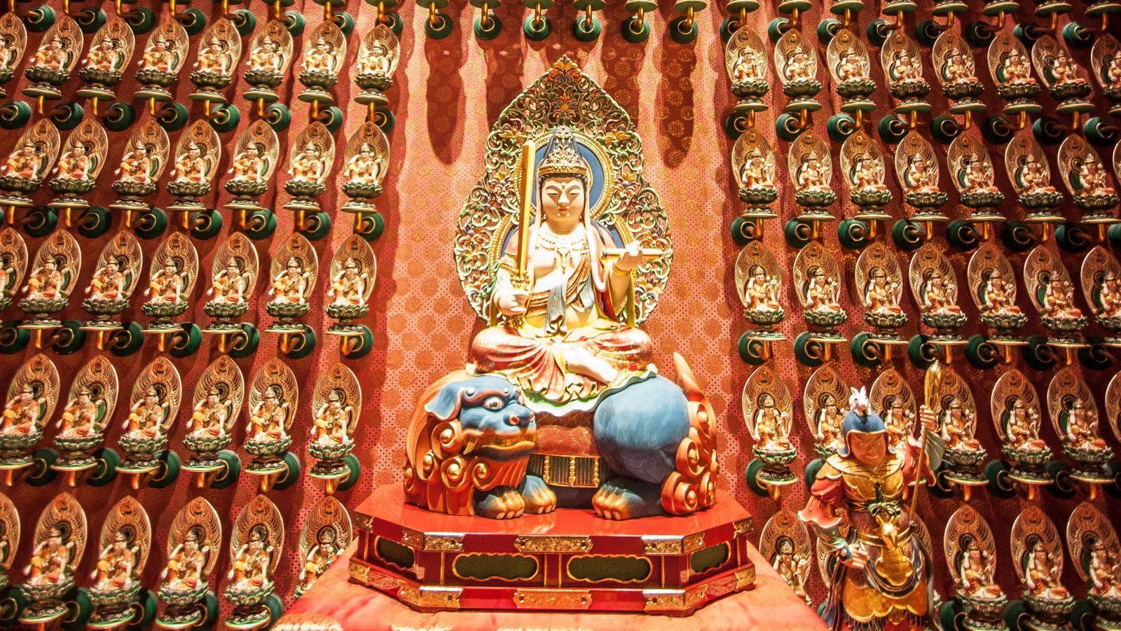 Bồ tát Văn Thù Sư Lợi ngồi trên sư tử xanh.