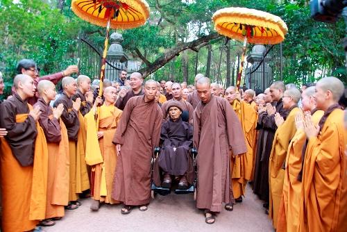Thiền sư Thích Nhất Hạnh trở về chùa Từ Hiếu vào chiều ngày 28/10. Ảnh: Võ Thạnh