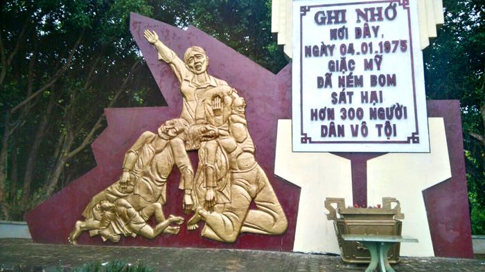 Bia ghi nhớ nơi đây, giặc Mỹ ném bom sát hại 300 người dân vô tội ngày 4/1/1975. Ảnh: Phước Ngô