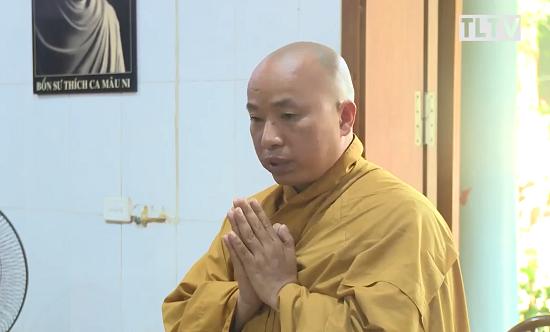 Nhà sư Thanh Toàn quỳ sám hối xin ra đời trước Ban trị sự PG tỉnh Vĩnh Phúc. Ảnh: TLTV