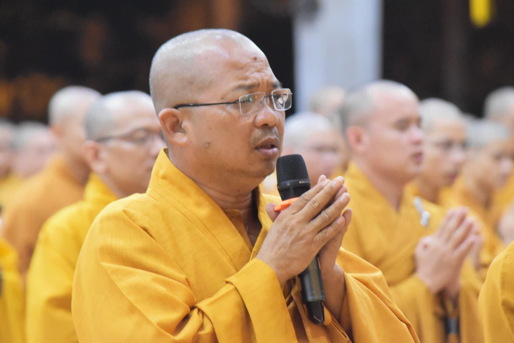 Thượng tọa Thích Chơn Minh sám chủ buổi lễ tưởng niệm cố Đại lão HT.Thích Trí Quang cùng cầu nguyện cho 39 nạn nhân tử nạn ở Anh.