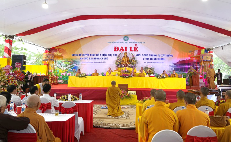 ĐĐ.Thích Đồng Phát tân trụ trì chùa Hưng Khánh quỳ trước chư tôn đức lắng nghe lời giáo huấn của Hòa thượng chứng minh