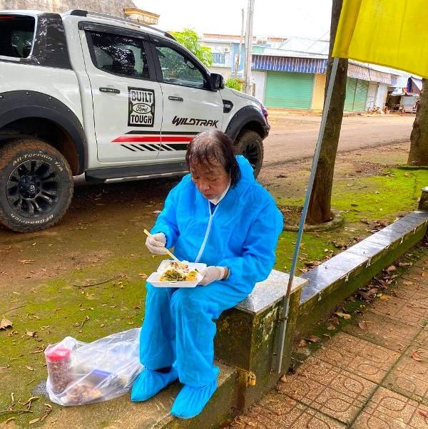 Bữa cơm trưa nuốt vội của má Bảy giữa trưa hè nắng gắt trong một chuyến thiện nguyện giúp dân chống lại làn sóng dịch lần thứ 4
