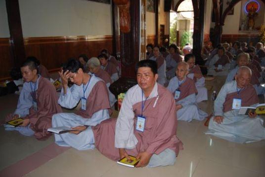 Tổn phước khi Phật tử mang cà sa người xuất gia