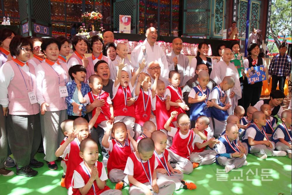 Hàn Quốc: Trận giao đấu bóng đá của các tiểu Hòa thượng mừng Phật đản