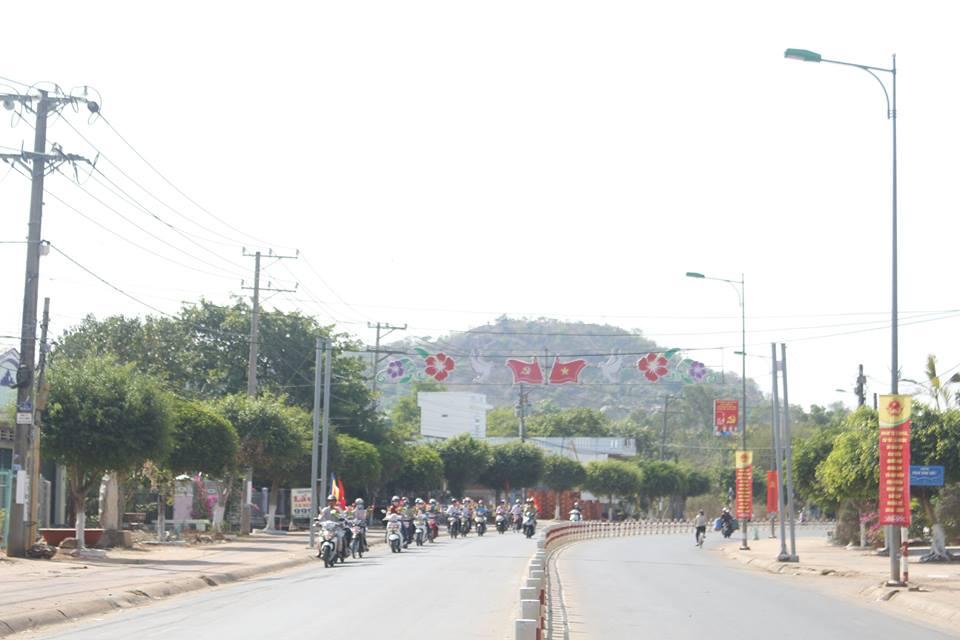 Đoàn xe máy diễu hành reo mừng Phật đản