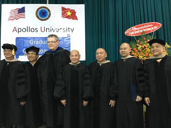 Đại học Apollos Hoa Kỳ trao bằng tiến sĩ danh dự cho 5 vị tu sĩ Phật giáo