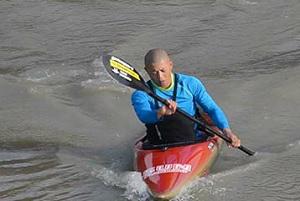 Nhà sư tham dự môn bơi thuyền kayak tại Olympic
