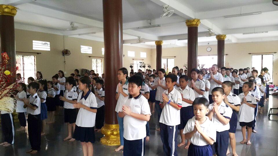 Sài Gòn: Học sinh đến chùa lễ Phật mỗi tháng 2 lần