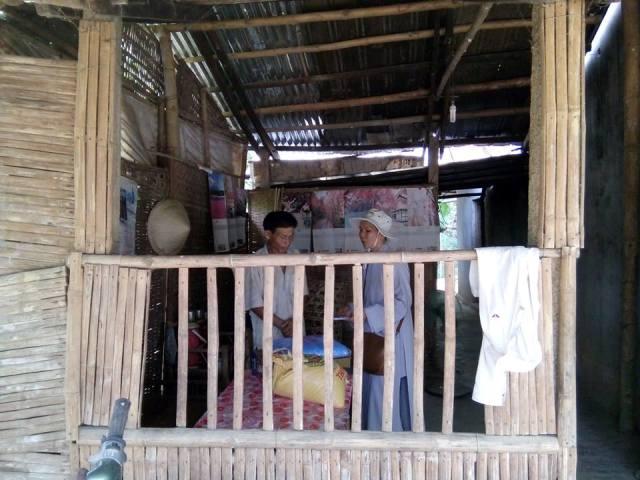 Những phần quà dành cho người neo đơn xã Bình Phú