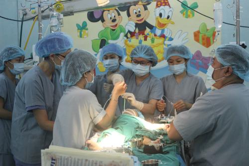 Cháu bé trong phòng phẫu thuật ghép gan. Ảnh: Lê Phương.