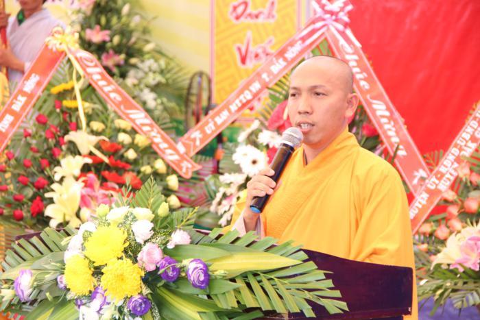Đại đức Thích Quảng Minh dẫn chương trình điều hành buổi lễ