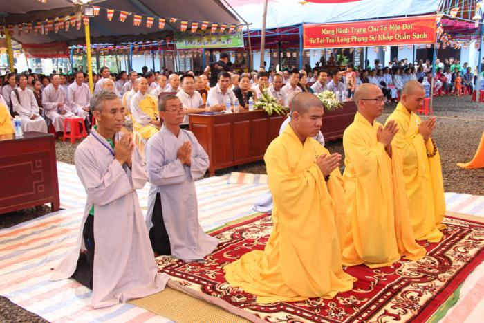 Thượng tọa Thích Quảng Tuấn trao giấy quyết định bổ nhiệm trụ trì cho Đại đức Thích Ngộ Đức
