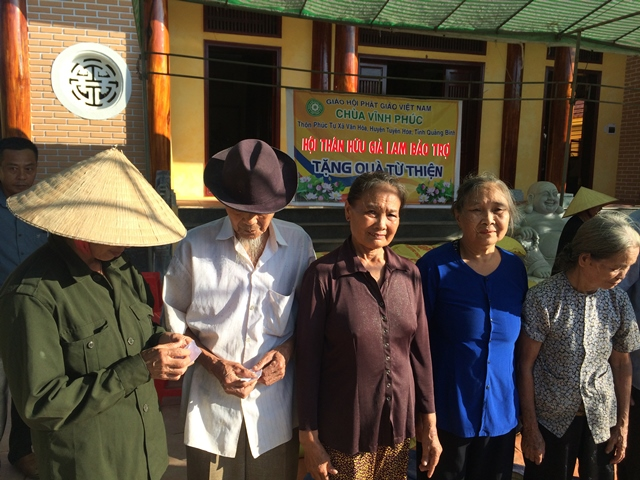 Hội thân hữu Già Lam bảo trợ tại Mỹ tặng 200 phần quà người dân vùng lũ