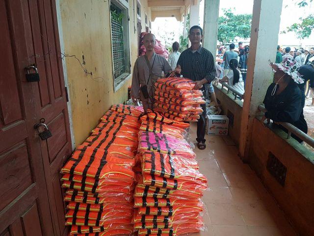 Tặng 430 áo phao cho người dân vùng lũ