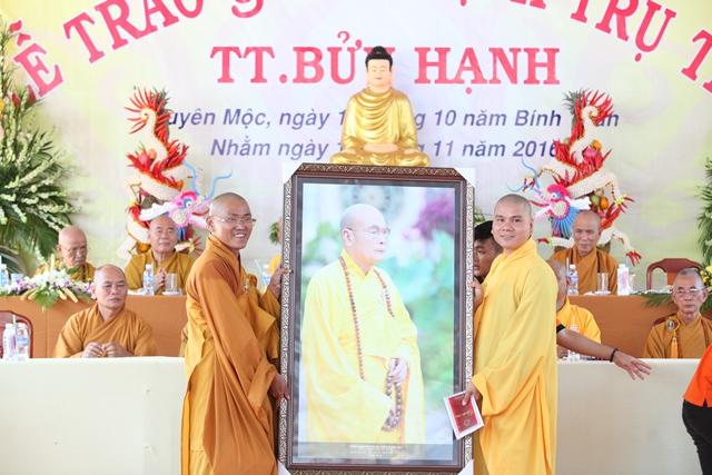 Đại đức Thích Quảng Duy trụ trì Tổ đình Phước Viên đại diện huynh đệ trao tặng