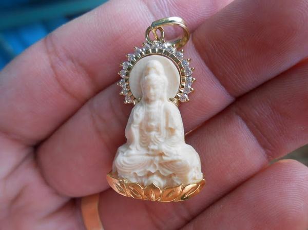 Ưu tư về việc đeo tượng Phật