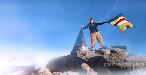 Cờ Phật giáo tung bay trên đỉnh Phan Xi Păng