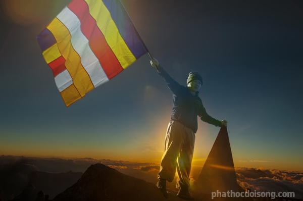 Cờ Phật giáo tung bay trên đỉnh Phan Xi Păng lúc 7giờ sáng
