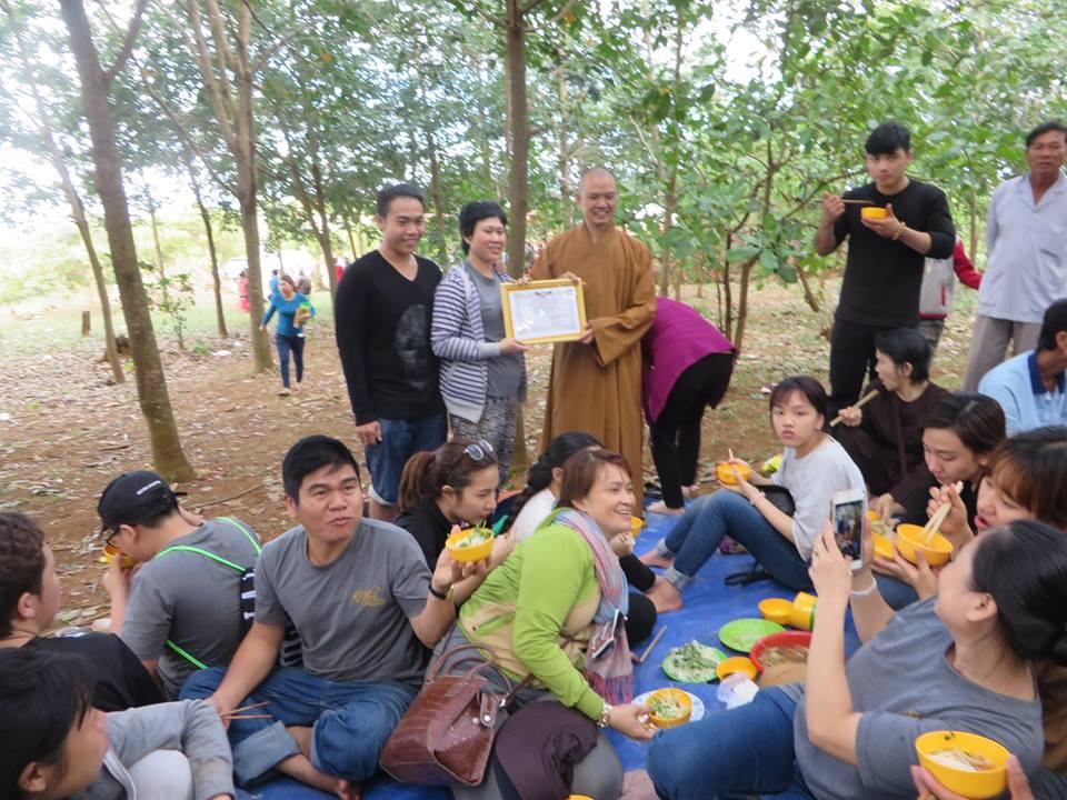 Phật giáo huyện Đăk Rlấp tặng quà tết tại xã Đăk Ngo