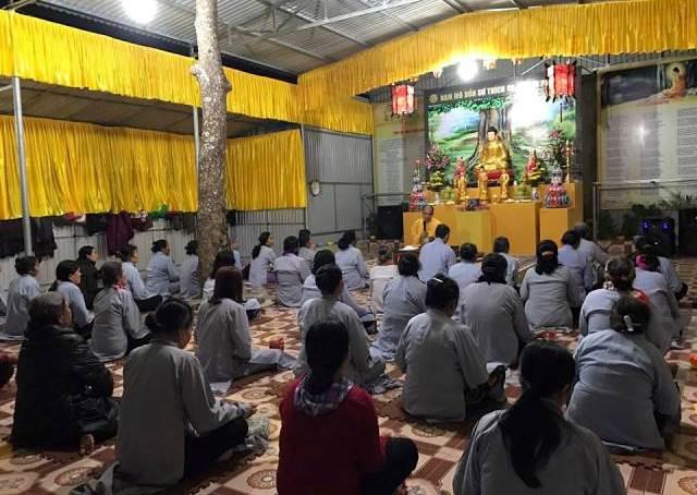 Phật tử Chùa Đồng Tương ngồi tĩnh lặng lắng nghe Đại đức Thích Minh Lâm chia sẻ ý nghĩa Đức Phật thành đạo