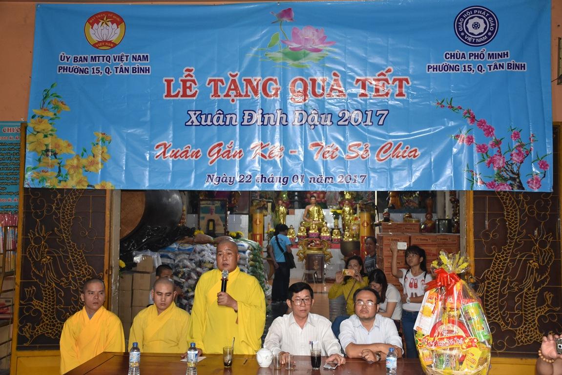 Chùa Phổ Minh tặng quà từ thiện xuân Đinh dậu