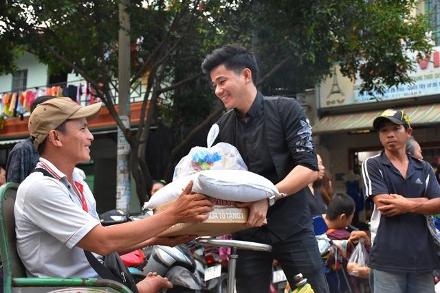 Đoàn Thiện Pháp - Thiện Phúc tặng quà tết cho người tật nguyền, bán vé số, lang thang