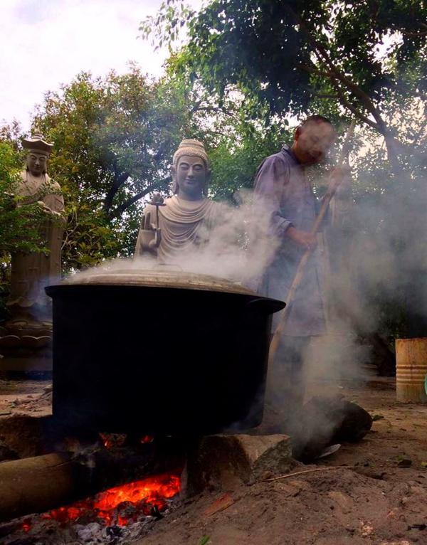Tịnh thất Không Tên nấu 500 đòn bánh tét tặng người dân ăn tết