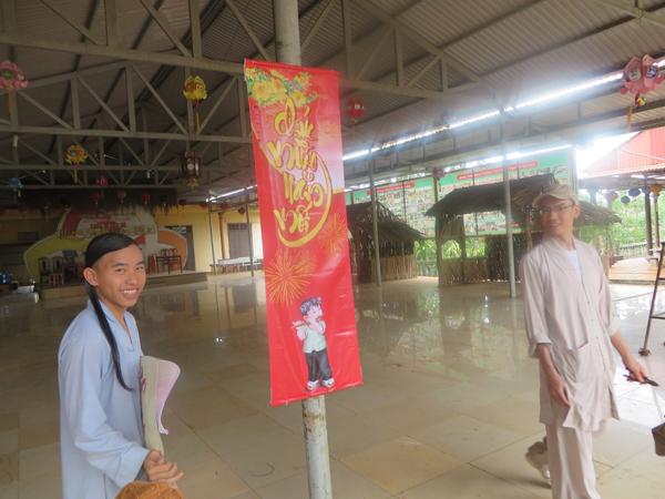 Tăng chúng chùa Hoa Khai đang chung tay chuẩn bị treo băng rôn mừng xuân mới