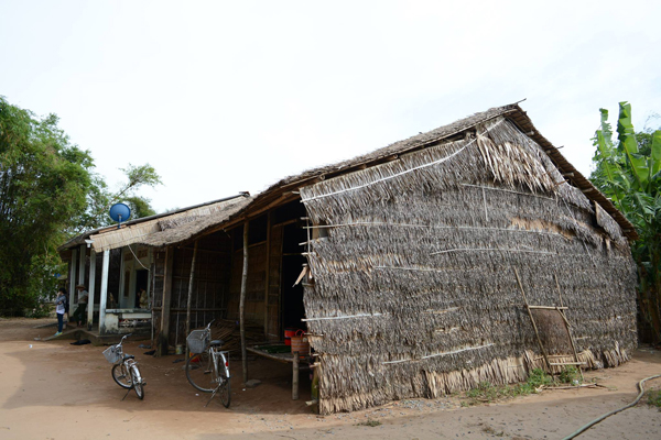 Căn nhà tranh đơn sơ, nơi ấy có 7 đứa con dại mồ côi mẹ