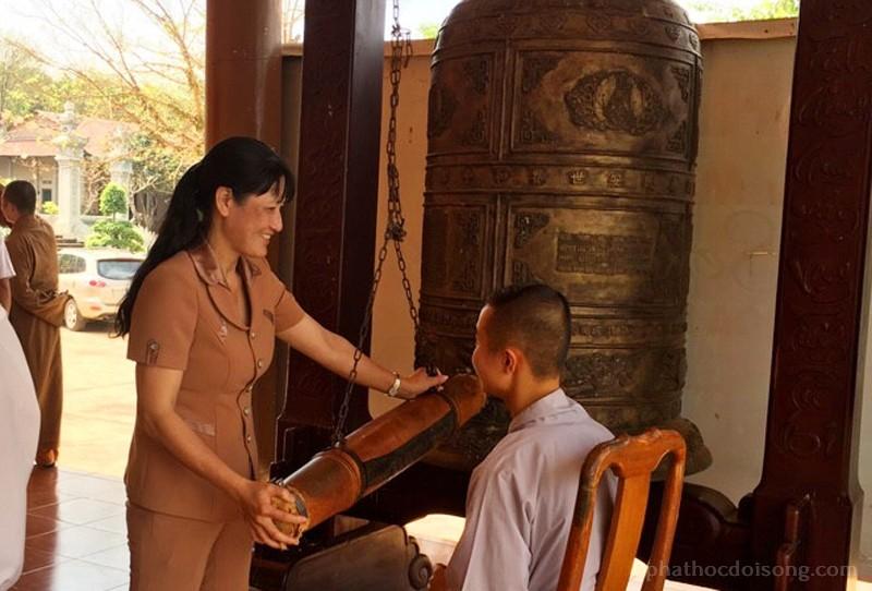 Bà Nguyễn Thị Vinh hoan hỷ thỉnh tiếng chuông đầu năm