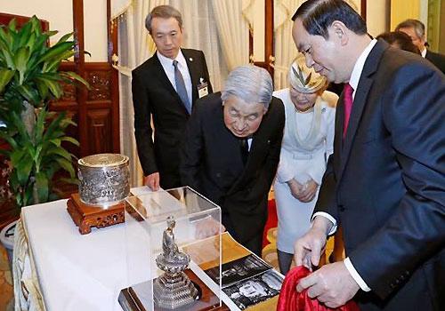 Chủ tịch nước tặng tượng Phật cho Nhà vua Nhật Bản
