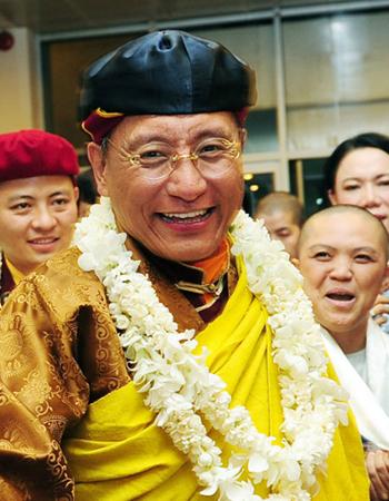 Đức Gyalwang Drukpa tặng Phật tử Việt bức tranh thêu Phật Quan Âm khổng lồ