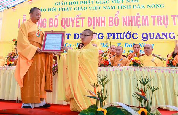 TT. Thích Quảng Tuấn UV HĐTS TW, Trưởng BTS Tỉnh Đăk Nông trao giấy quyết định bổ nhiệm trụ trì cho vị tân trụ trì