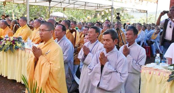Thầy tân trụ trì cùng Ban hộ tự quỳ trước chư tôn thiền đức lắng nghe Hòa thượng chứng minh giáo huấn