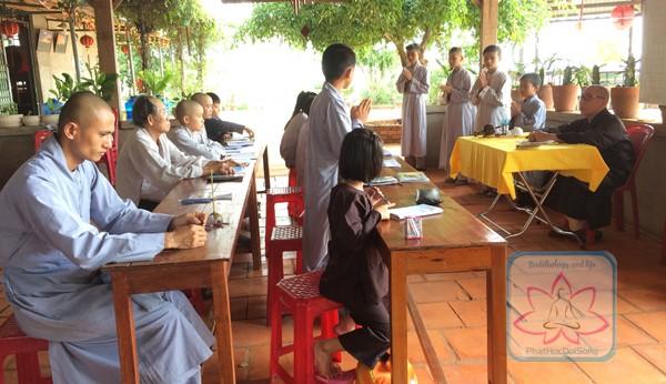 Môn học nghi lễ Phật giáo cho tất cả chúng điệu trong huyện Đăk R'lấp tại một lớp gia giáo chùa Liên Hoa tỉnh Đăk Nông. Ảnh: Tuệ Đăng