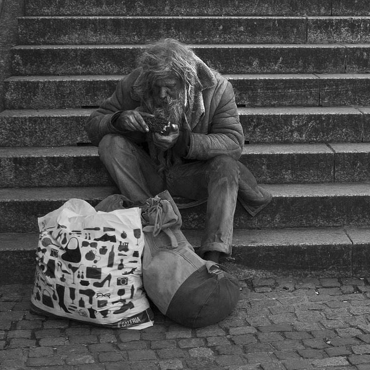 Ông già mù nghèo khổ xin ăn góc chợ, hành động của bé gái làm ông khóc mãi