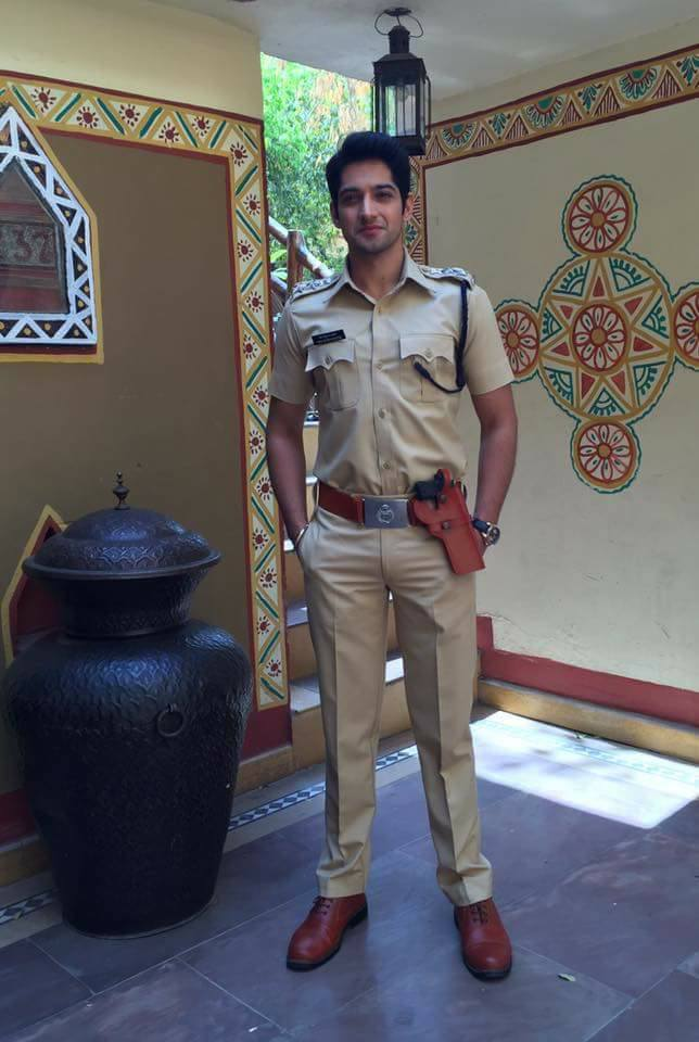 Diễn viên Mayank Arora đẹp trai phong độ trong trang phục cảnh sát Ấn Độ